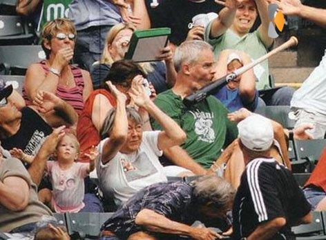 honkbalknuppel tegen je gezicht aan