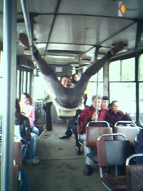 in de tram hangen