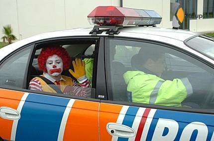ronald mcdonals moet met politie mee